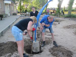 13 juli 2020 ouders werken aan schoolplein